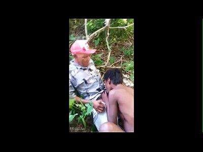 Garotinha negra babando na pica do Vovo no mato