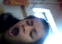 Novinha gozando com escova de cabelo na buceta