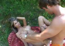 Patricinha loirinha dando o cuzinho no parque para seu namorado