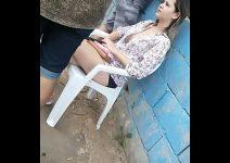 Novinha safada mostrando o peito no bar