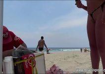 Flagra mulher casada provocando o vendedor de picolé na praia
