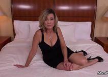 Loira quarentona fazendo um sexo bem intenso e gostoso